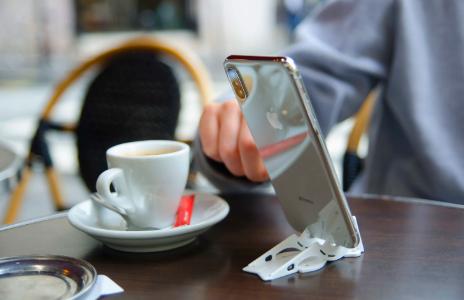 Daigo・ダイゴがYouTube配信で使用しているカード型スマホスタンド・スマホアクセサリーは?ネット通販を調査